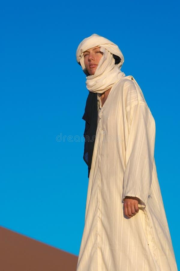 Fille au Sahara images stock