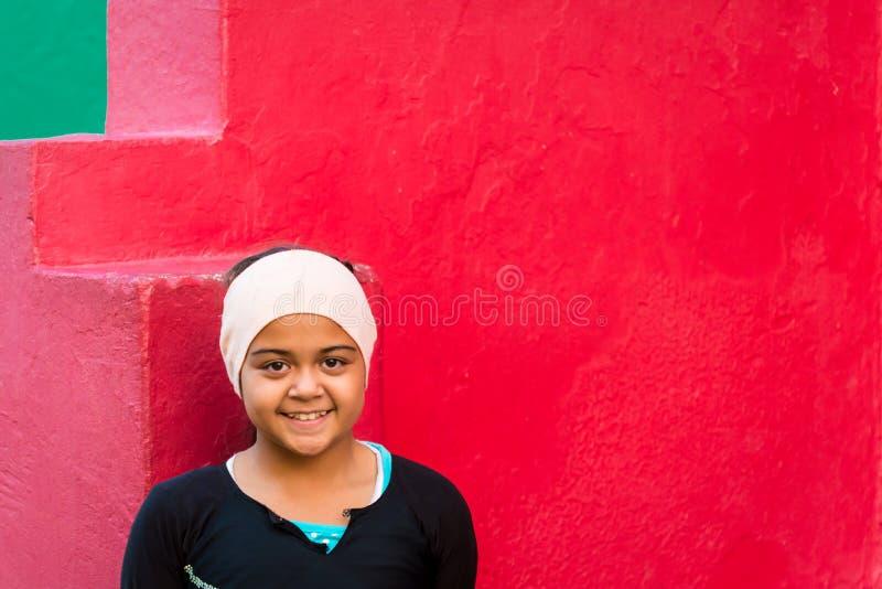 Fille au voisinage de la BO Kaap, Cape Town photos stock