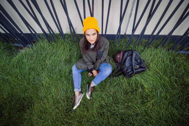 Fille audacieuse sérieuse de hippie de portrait urbain photographie stock
