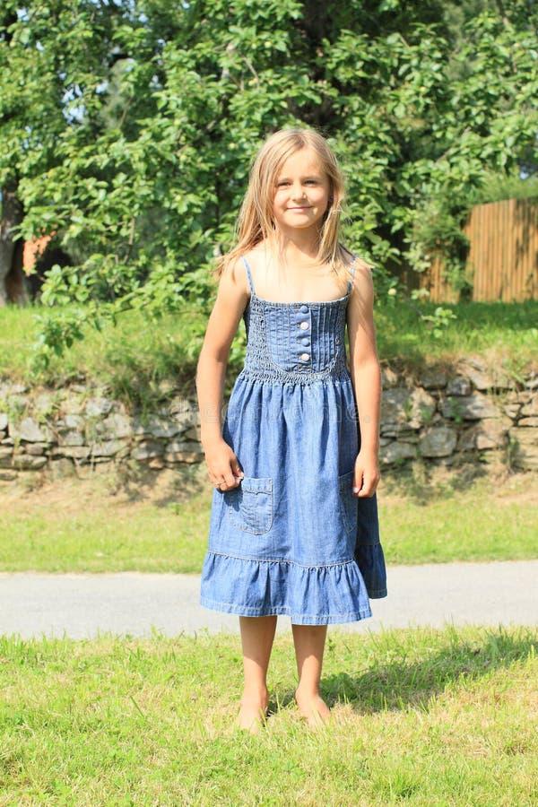 Fille aux pieds nus dans la robe bleue photos stock
