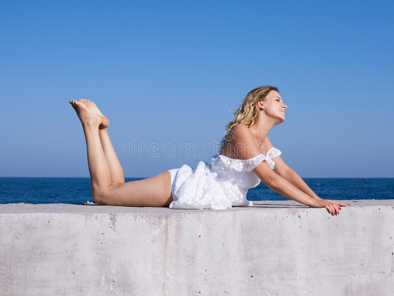 Fille aux pieds nus sur le bord de mer images libres de droits