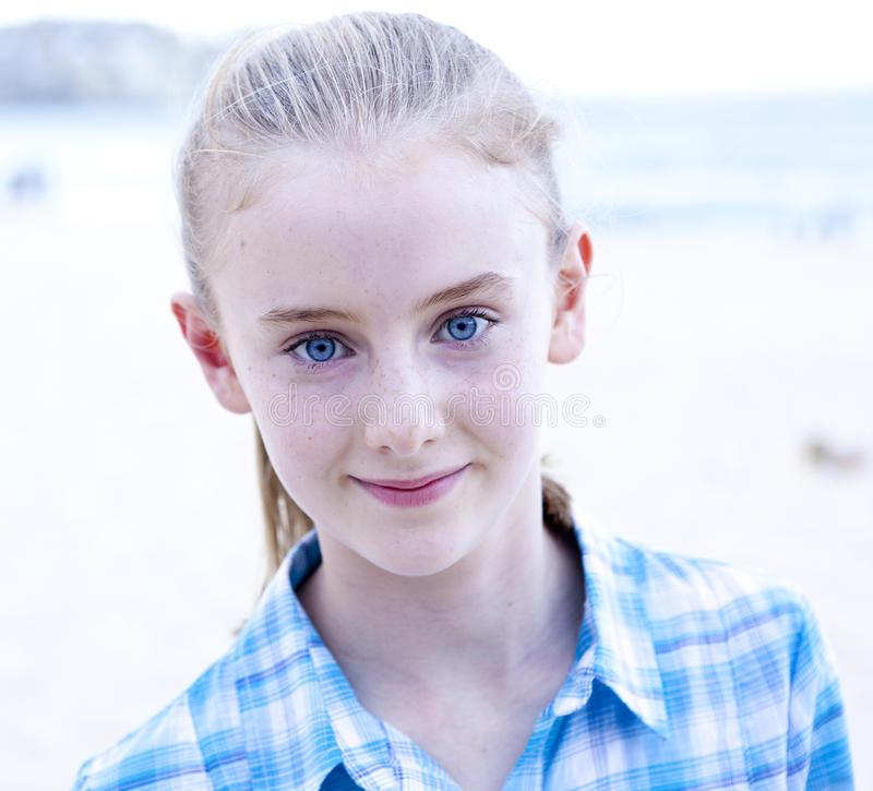 Fille aux yeux bleus photo stock image du adolescent 27921320 - Fille yeux bleu ...