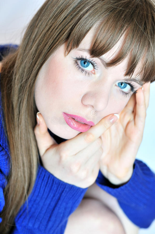 Fille aux yeux bleus pensive image stock image du paisible humain 13182785 - Fille yeux bleu ...