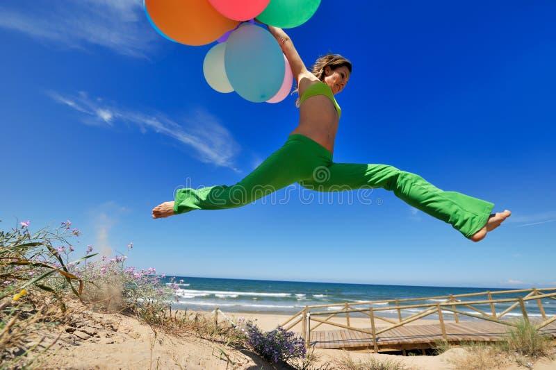 Fille avec brancher coloré de ballons image libre de droits