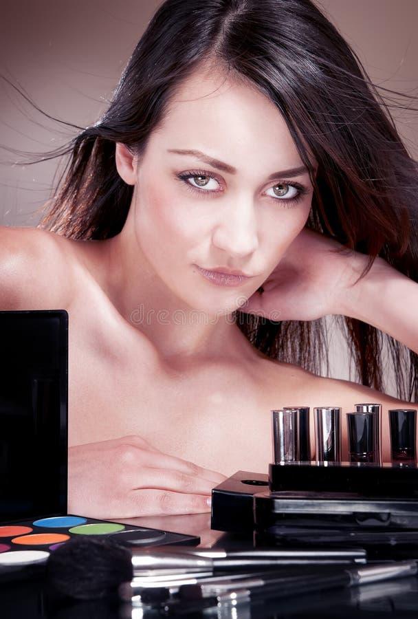 Fille avec   cosmétiques pour le maquillage. photos libres de droits