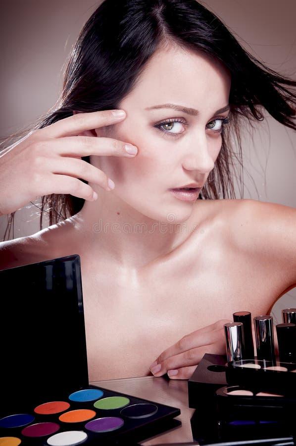 Fille avec   cosmétiques pour le maquillage. images stock