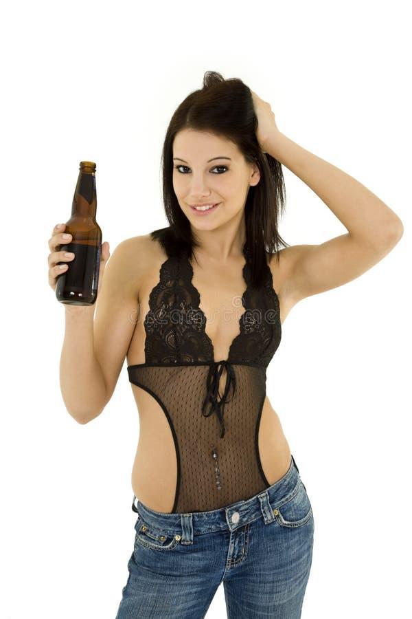 Fille avec de la bière photographie stock libre de droits