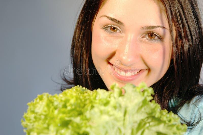 Fille avec de la salade fraîche 2 photos libres de droits