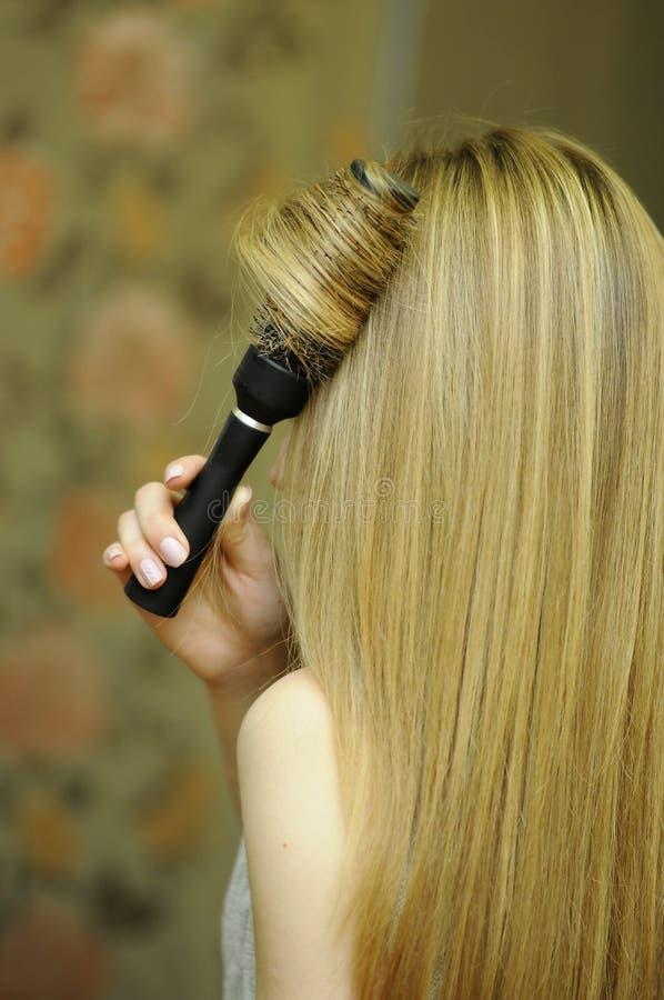 Fille avec de longs cheveux blonds, dénommer professionnel de cheveux photographie stock libre de droits