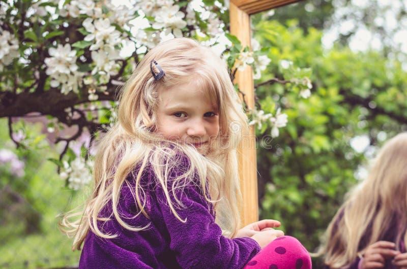 Fille avec de longs cheveux blonds et miroir images libres de droits