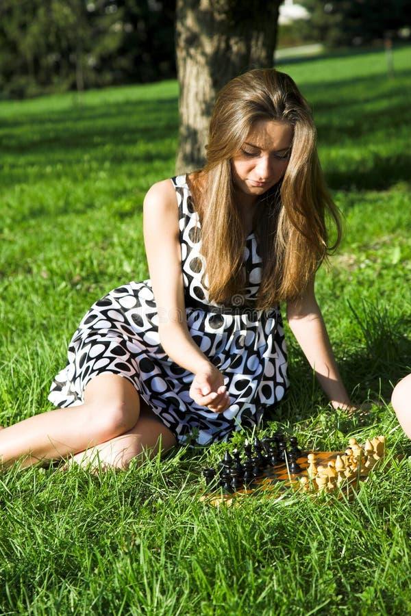 Fille avec des échecs photos stock
