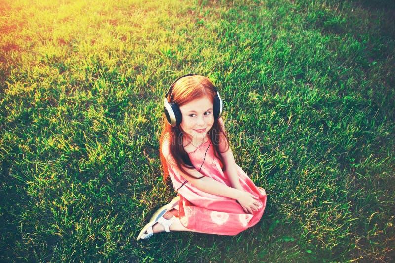 Fille avec des écouteurs écoutant la musique images stock