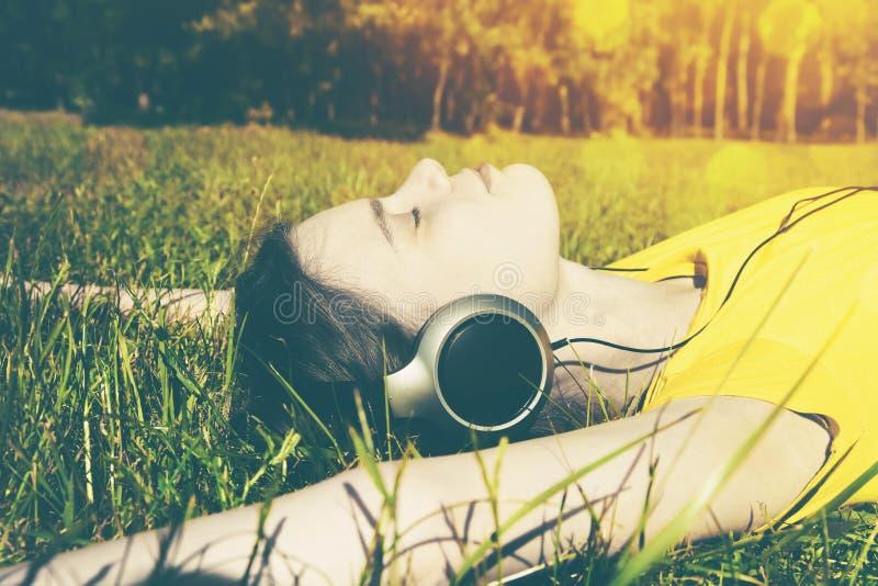 Fille avec des écouteurs écoutant la musique photographie stock libre de droits