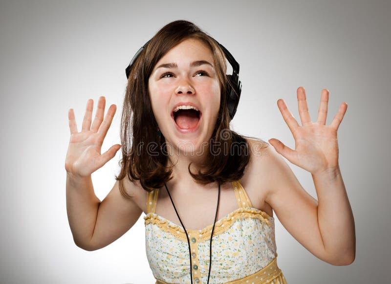 Fille avec des écouteurs photos stock