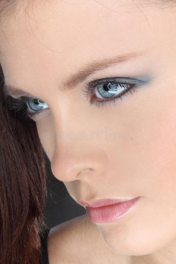Fille avec des œil bleu, visage photographie stock