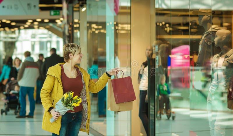 Fille avec des achats Femme avec des paquets du magasin photo libre de droits