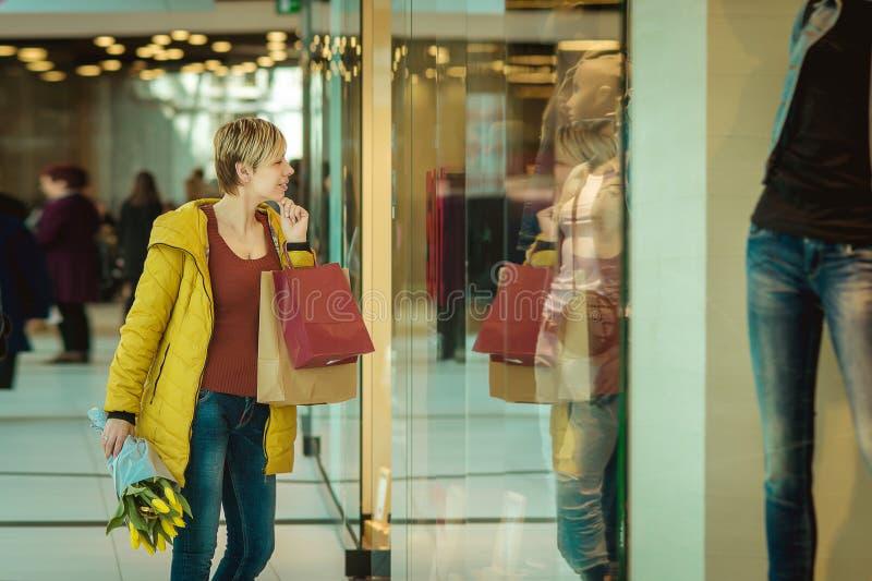 Fille avec des achats Femme avec des paquets du magasin images libres de droits