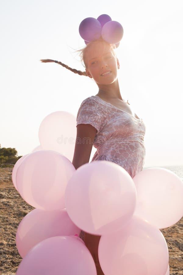 Fille avec des ballons par les rayons de sunlighty images stock