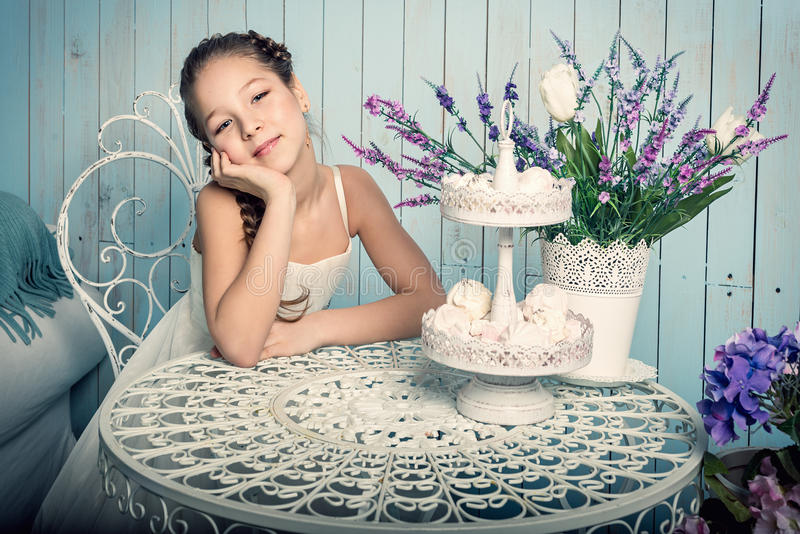 Fille avec des bonbons sur la table image libre de droits