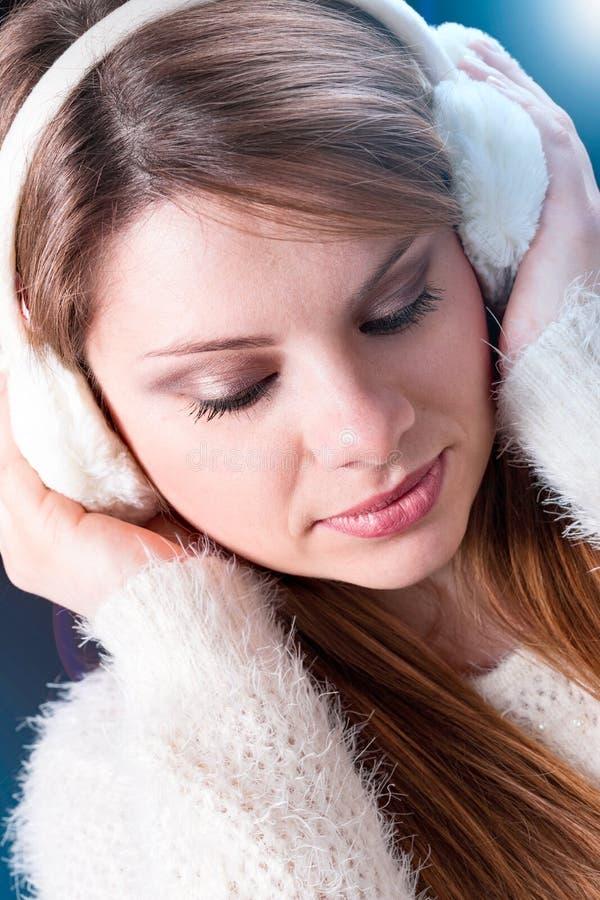 Fille avec des bouche-oreilles images stock