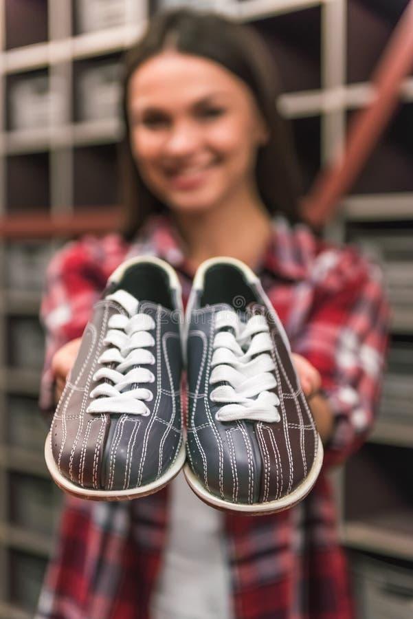 Fille avec des chaussures de bowling photo libre de droits