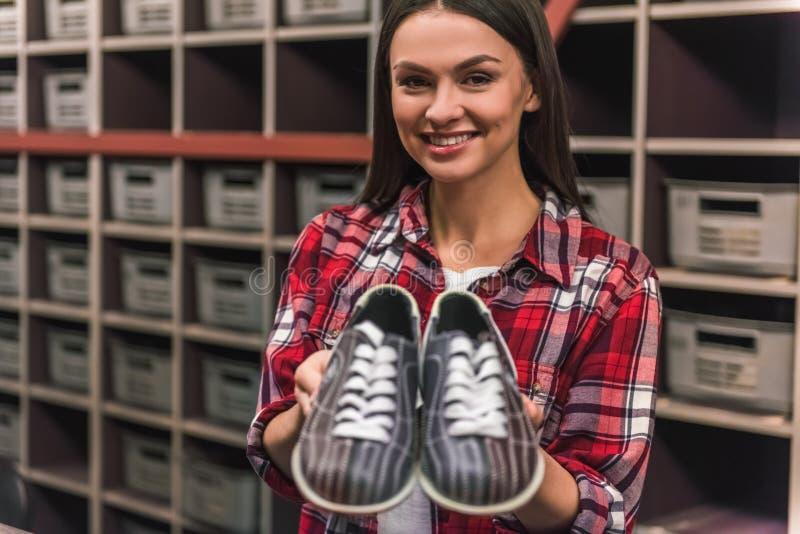 Fille avec des chaussures de bowling image libre de droits