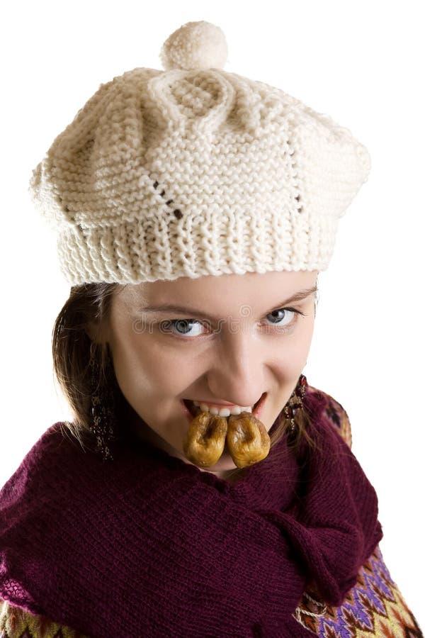 Fille avec des figues dans des ses dents photo stock