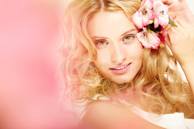 Fille avec des fleurs dans le cheveu photographie stock libre de droits