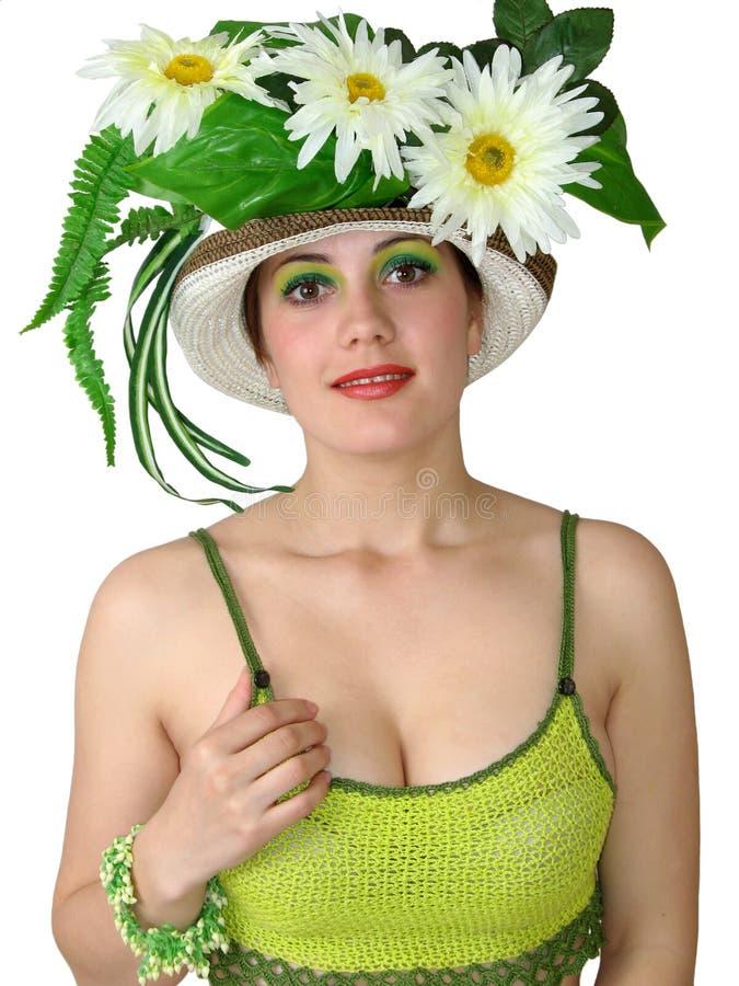 Fille avec des fleurs dans son chapeau photo libre de droits