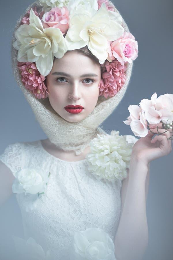 Fille avec des fleurs sur sa tête dans une robe dans le style russe Effet de brouillard images libres de droits