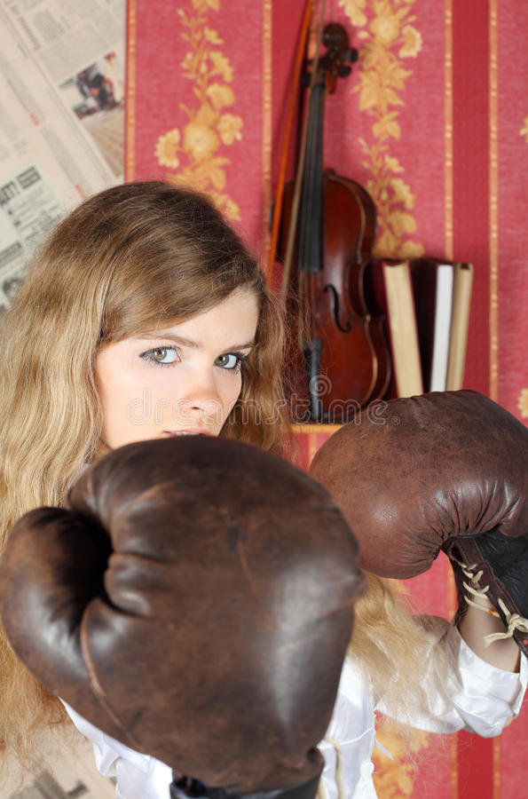 Fille avec des gants de boxe photo libre de droits