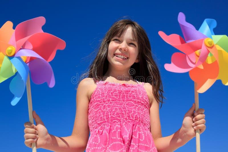Fille avec des jouets de moulin à vent photographie stock libre de droits