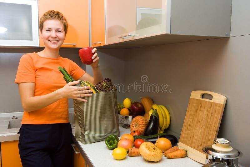 Fille avec des légumes images stock
