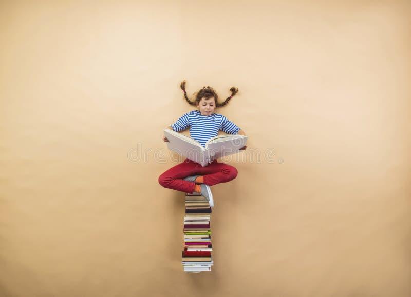 Fille avec des livres images libres de droits