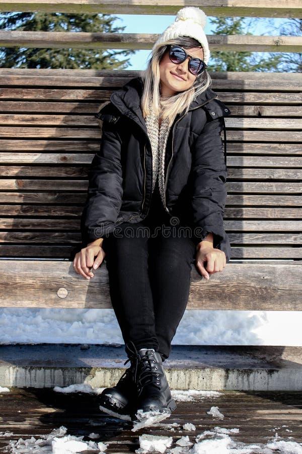 Fille avec des lunettes de soleil dans des vêtements d'hiver image stock