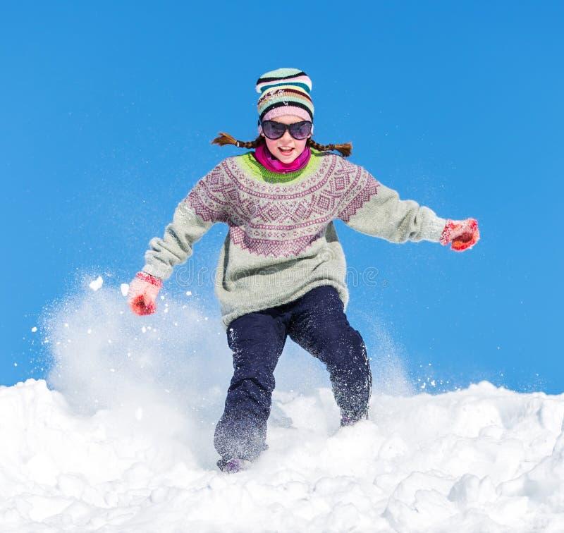 Download Fille dans la neige image stock. Image du enfant, rire - 30045365
