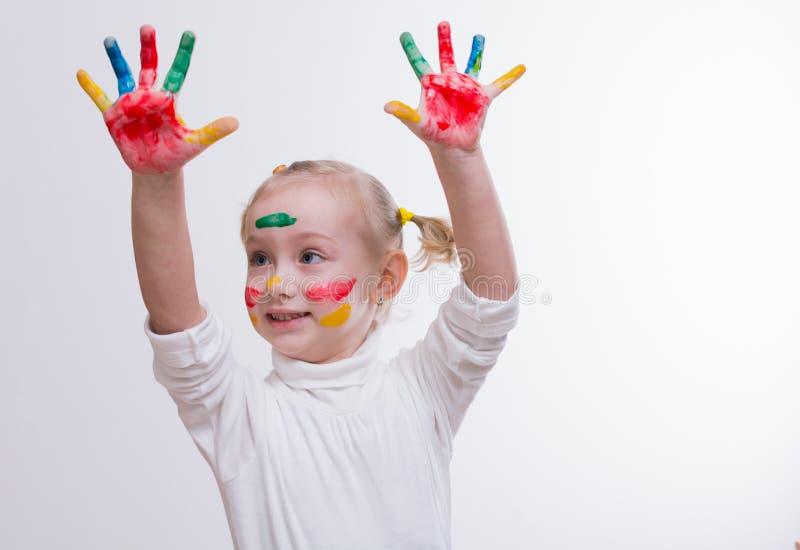 Fille avec des mains dans la peinture images libres de droits