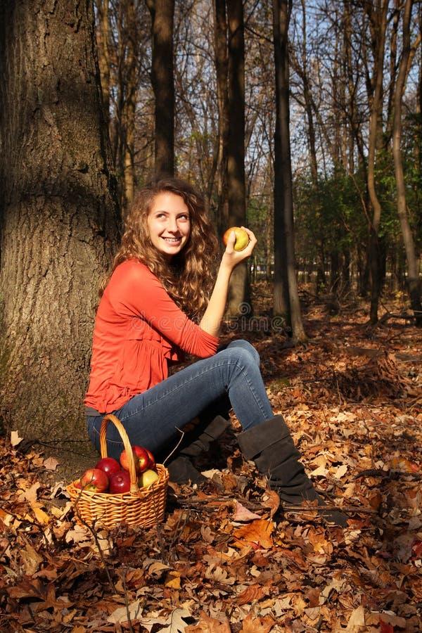 Fille avec des pommes photo libre de droits