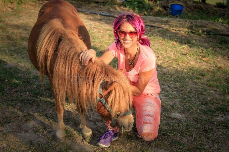 Fille avec des poneys image libre de droits