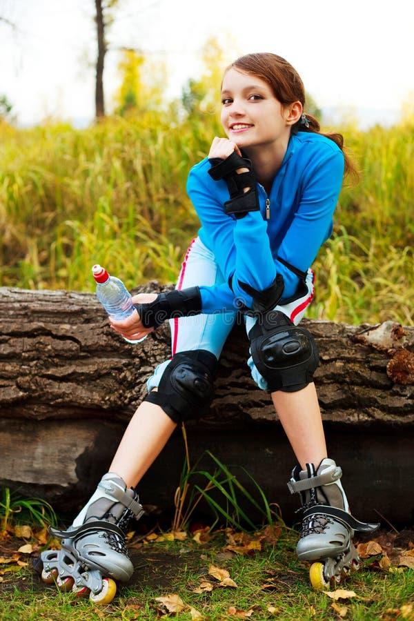 Fille avec des rollerskates photographie stock