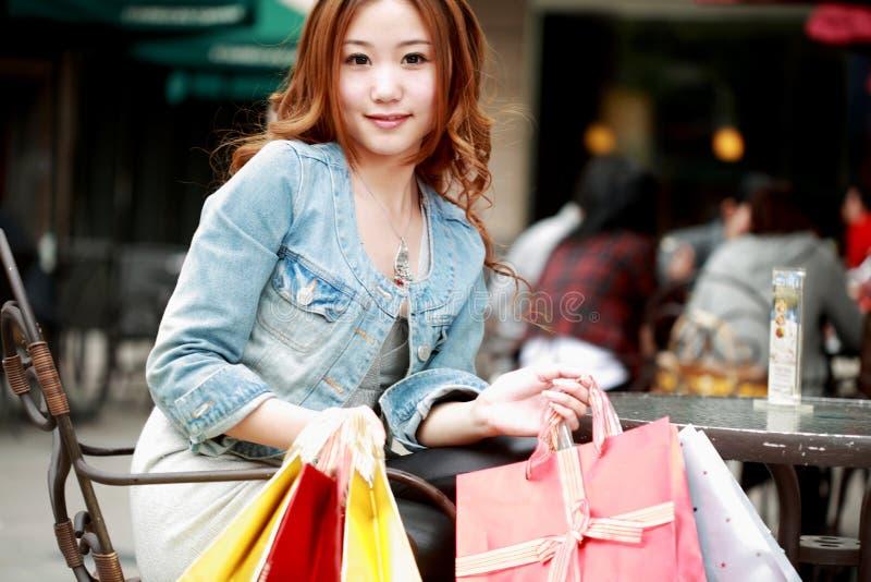 Fille avec des sacs à provisions photo libre de droits