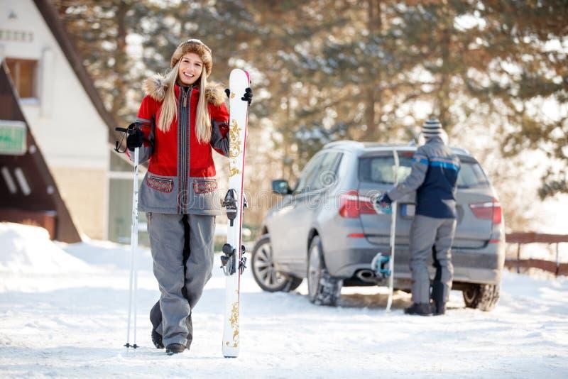 Fille avec des skis sur la montagne photo stock