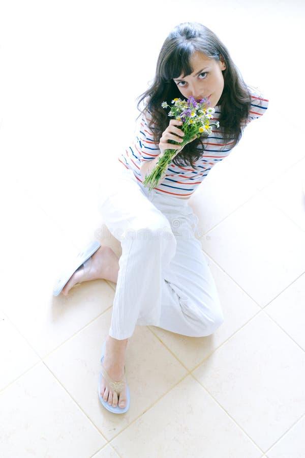 Fille avec des springflowers photos stock