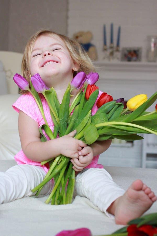Fille avec des tulipes photo libre de droits
