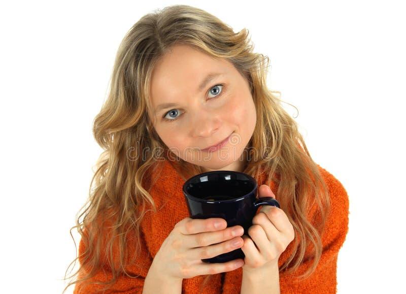 Fille avec du charme avec une grande cuvette de thé image libre de droits