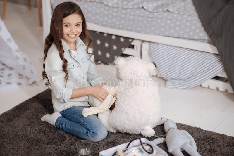 Fille avec du charme bandant le jouet à la maison photographie stock