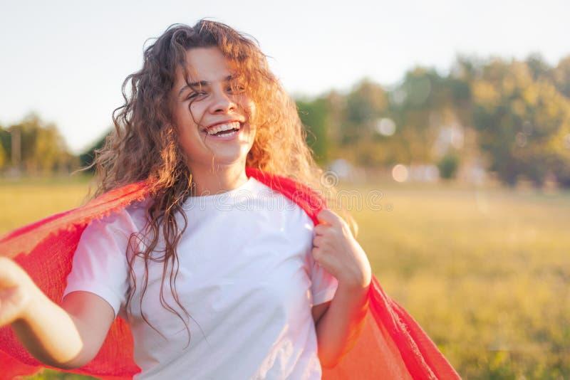 Fille avec du charme bouclée heureuse avec de longs cheveux bouclés et un sourire très beau, portrait d'été photos stock