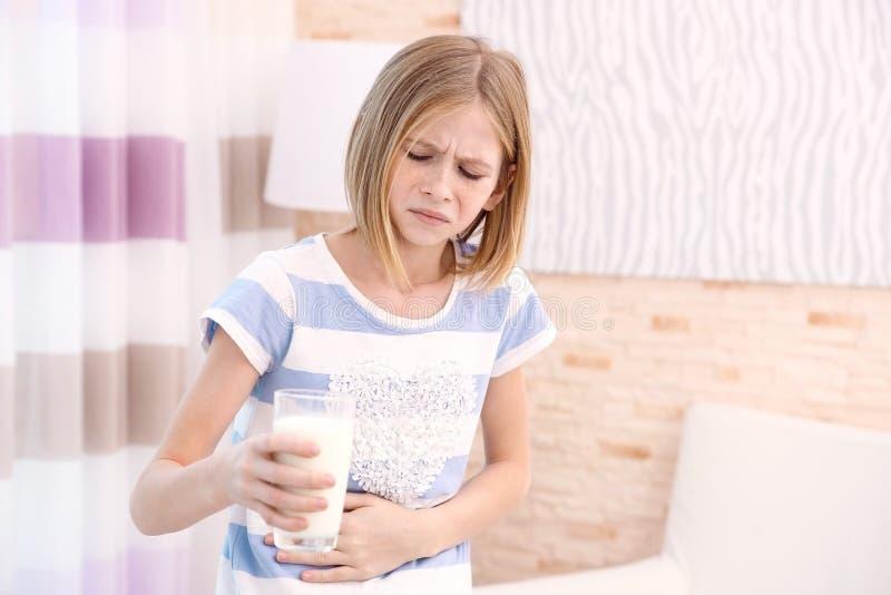 Fille avec l'allergie de lait à la maison photographie stock