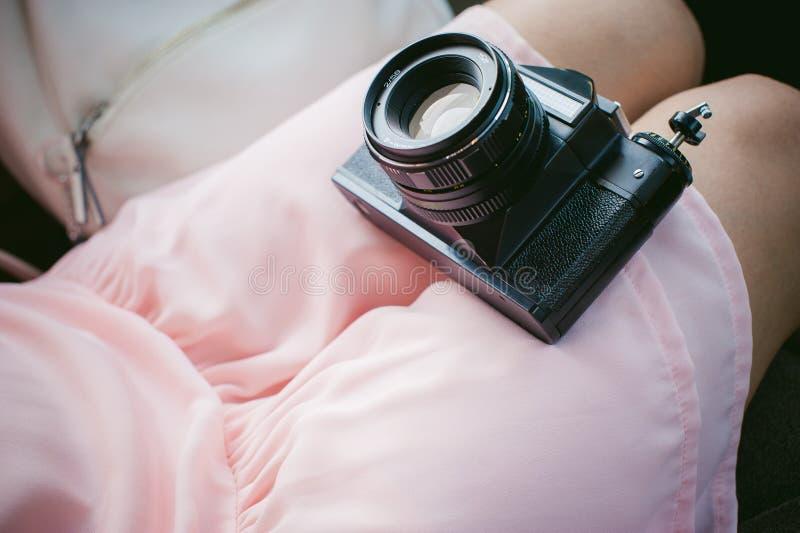 Fille avec l'appareil-photo de vintage dans des ses mains photographie stock