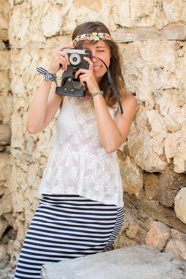 Fille avec l'appareil-photo de vintage dans une vieille ville photographie stock